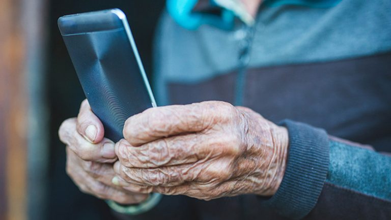 Социальное дистанцирование для пожилых людей: технология, чтобы помочь пожилым людям через изоляцию