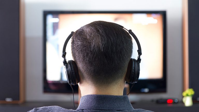 Как слушать телевизор в наушниках