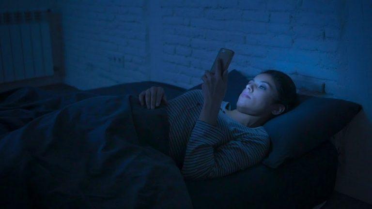 Как сделать так, чтобы синий свет не мешал вам спать